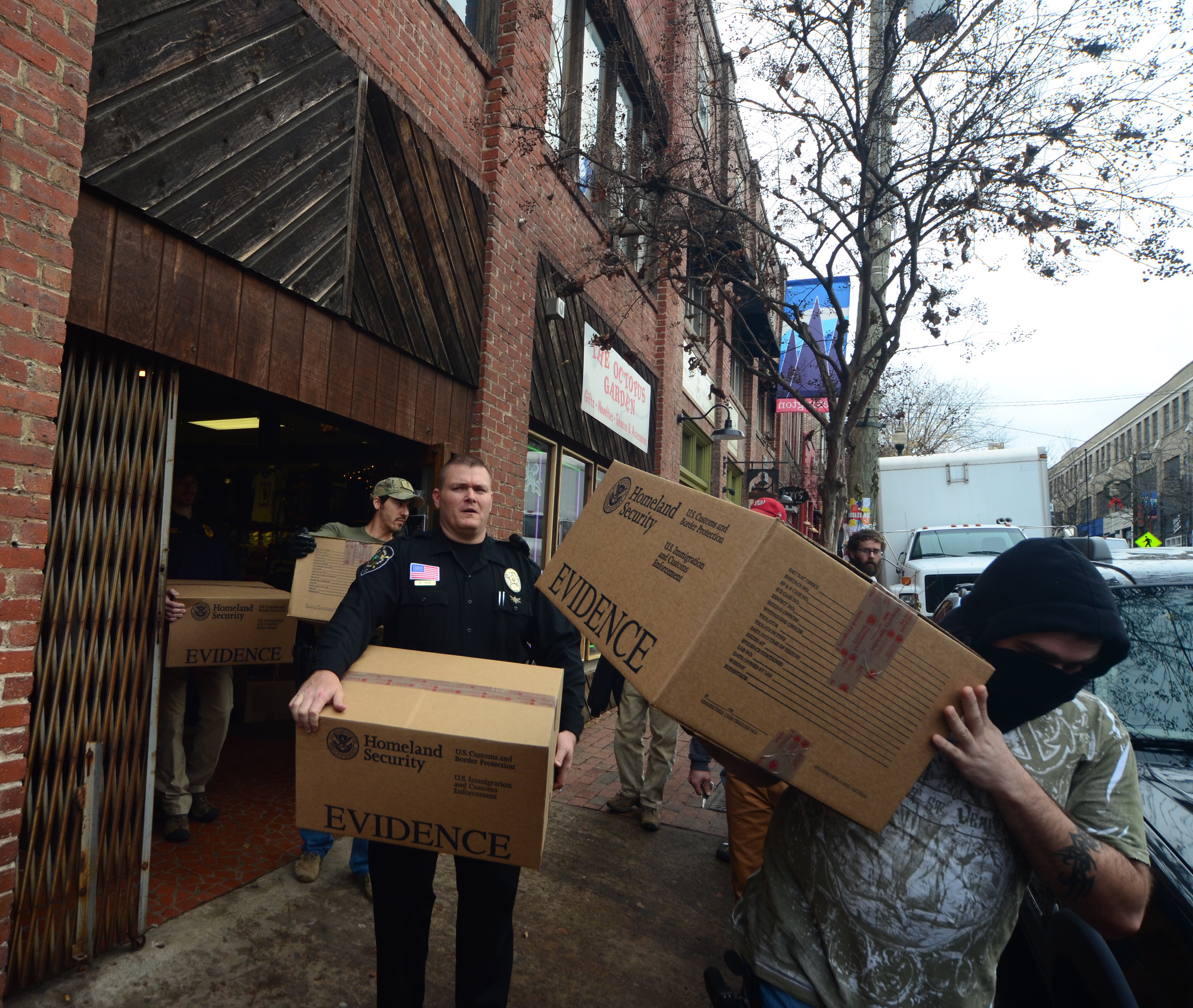 APD, Homeland Security, Buncombe/Henderson Sheriff's offices raid Octopus Garden smoke shop locations